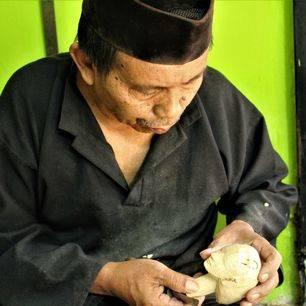 Een local werkt aan een Wayong-pop in Bogor op Java