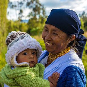 Ecuador-Otavalo-vrouw-met-kindje