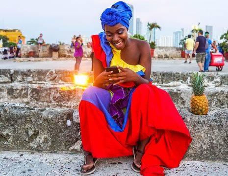 Colombia-Cartagena-vrouw-gekleurde-jurk