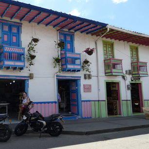 Colombia-Salento-kleurrijke-straat