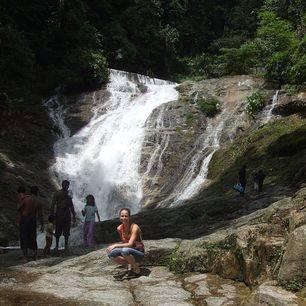 Maleisie-cameron-highlands-gezin-bij-waterval