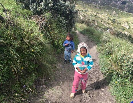 Spelende kinderen in het dorp Guamote