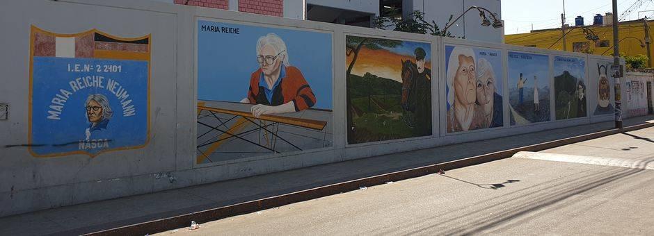 De muurschilderingen over de carrière van Maria Reiche in Nazca