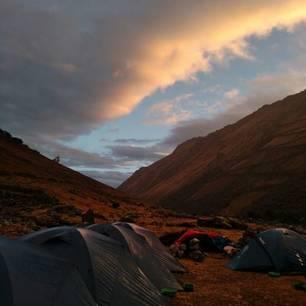 U slaapt in uw eigen tent midden tussen de bergen in Peru