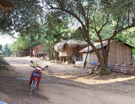 Laos-Bolaven-dorp-onderweg(2)
