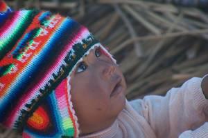 Lokaal-kindje-met-gekleurde-Peruaanse-muts-op