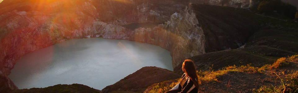 Sophia bij een kratermeer van de Kelimutu vulkaan