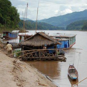 Laos-BoottochtnaarLuangPrabang-waterhuisje_1