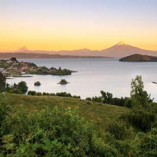Chili-Lake-Llanquihue-met-Osorno-Volcano-en-Puntiagudo-Volcano