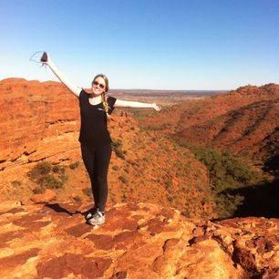 Australie-Kings-Canyon-medewerkster-Melany