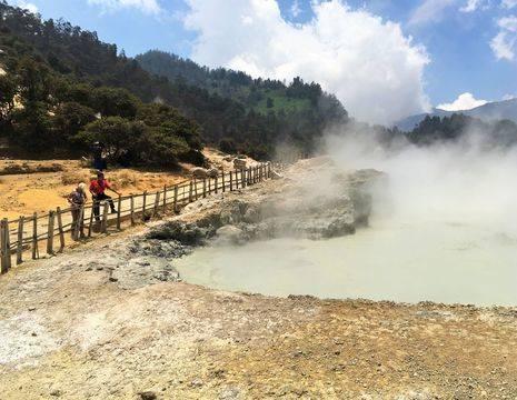 Indonesie-Dieng-Plateau-Sikidang-krater-kijken