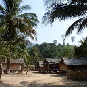 Laos-BoottochtnaarLuangPrabang-dorpje1_1