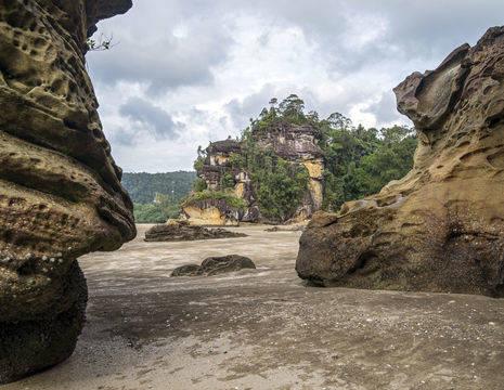 Sarawak-BakoNP-large-rocks-at-beach