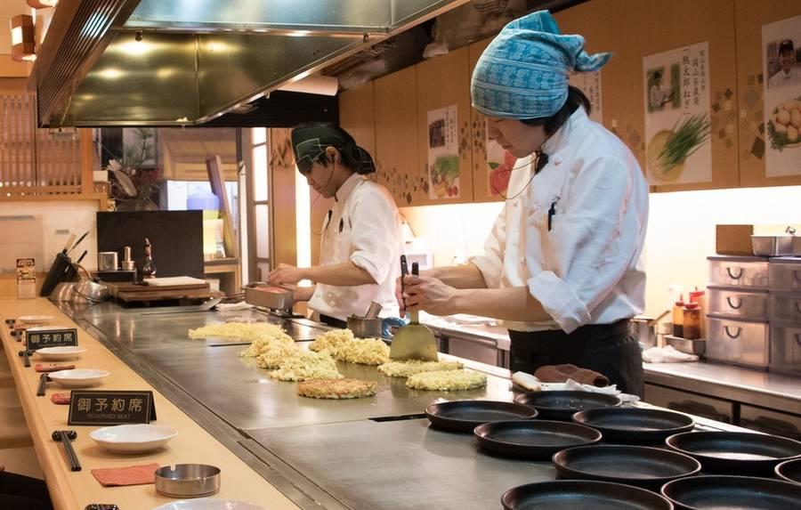 Japanse okonomiyaki maken