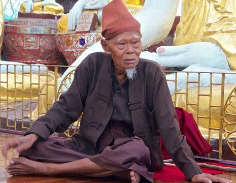 Myanmar-Yangon-oude man bij pagode