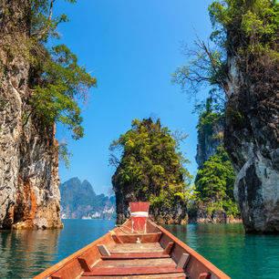 Thailand-Khao-Sok-met-boot-langs-rotsen