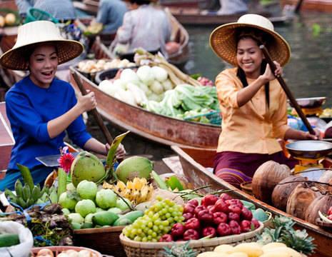 Thaise-vrouwe-drijvende-markt