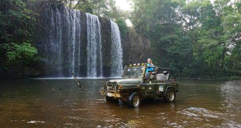Tijdens de jeeptour scheurt u door het water naar de diverse watervallen die u tegenkomt toe.
