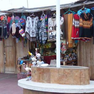 Leuk-marktkraampje-met-lokale-kleding(10)