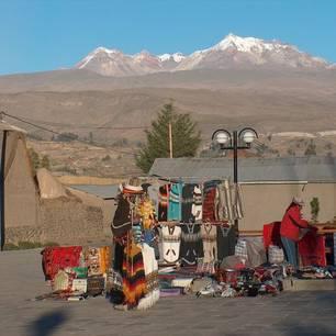 Kleine-kraampjes-met-kleurrijke-Peruaanse-kleding(10)
