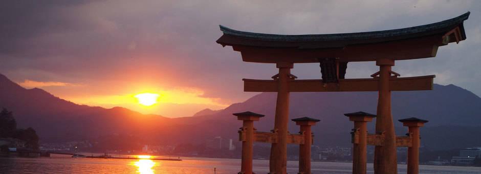 Zonsondergang-bij-meer-in-Miyajima
