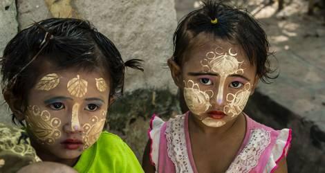 Meisjes met schmink op hun gezichtjes in Myanmar