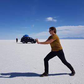 Eva op de zoutvlakte van Uyuni, Bolivia