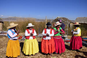 Locals-in-kleurrijke-kleding-Peru