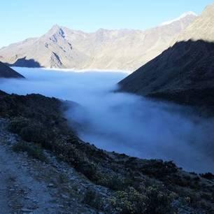 In de vroege uurtjes is de vallei vaak nog bedekt met wat nevel in Peru