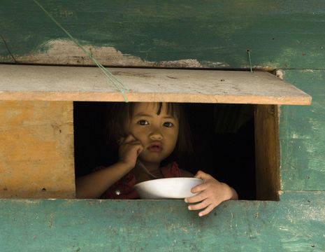 Indonesie-Sulawesi-kindje bij doorkijk luikje_1