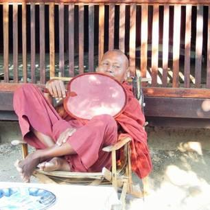 Myanmar - Monywa- monnik(8)