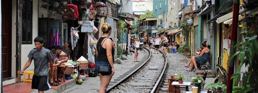 Lara bij de Trainstreet in Hanoi