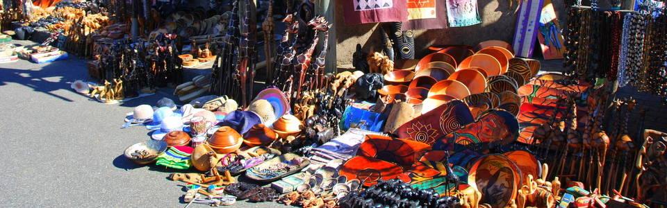 Souvenirs op een marktje in Afrika