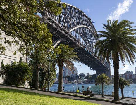 De boulevard langs de Harbor Bridge in Sydney