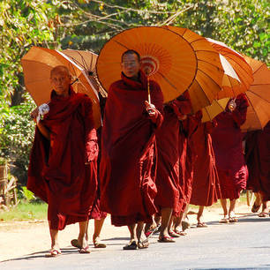 Myanmar-Pyay-monnik-paraplu-oranje(8)