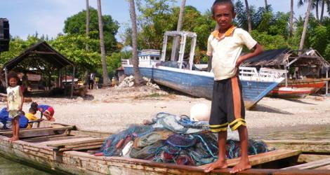 Indonesie-Molukken-Seram-vissersboot-jongen