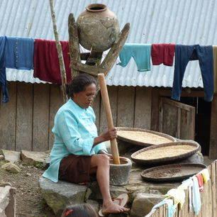 Indonesie-Centraal-Sumbawa-vrouw-stampen