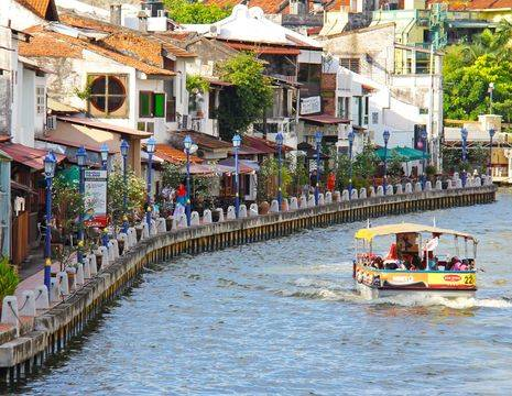 Maleisie-Melaka-leuk-aan-de-rivier-met-bootje