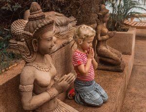 Azie-Boeddhistische-beelden-kind-family