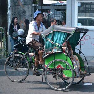 Per fietstaxi rondrijden door Bogor