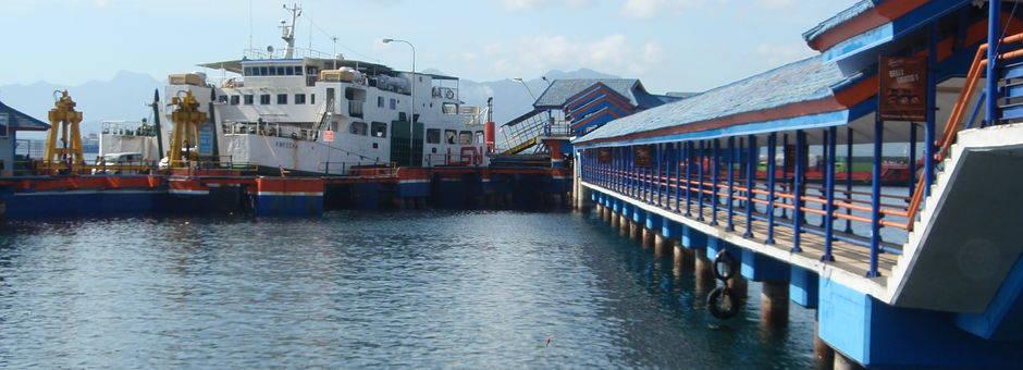 Ferry's in Indonesië om van eiland naar eiland te reizen.