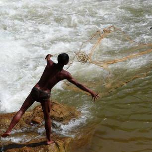 Myanmar-Inle Lake-jongen met visnet(8)