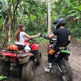 Tieners quad rijden in Indonesië