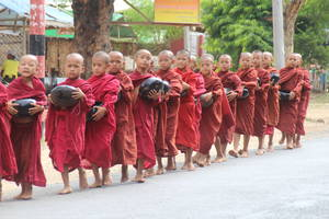 De jonge Monniken wachten op de laatste maaltijd van de dag, Bagan, Myanmar