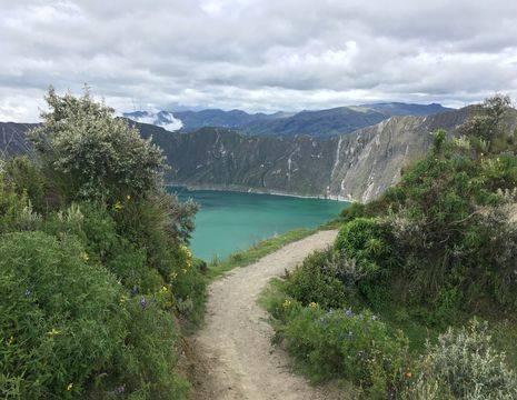 Wandel naar beneden voor een kanotochtje over het meer Quilotoa