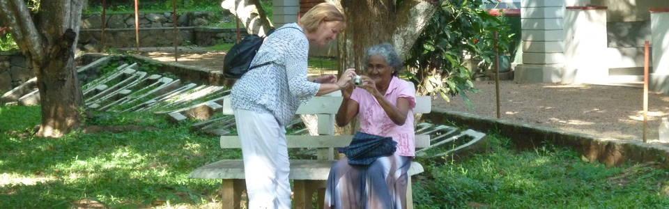 Bezoek aan bejaarde wezen op Sri Lanka