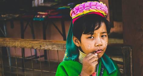 Een meisje uit de langnekstam in Loikaw