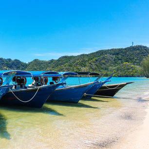 Maleisie-Langkawi-strand-bootjes