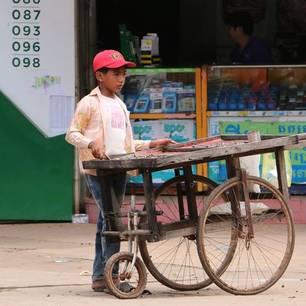Cambodja-Kratie-jongenverkoopt(8)
