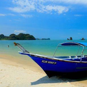 Maleisie_langkawi-blauwe-boot-op-strand